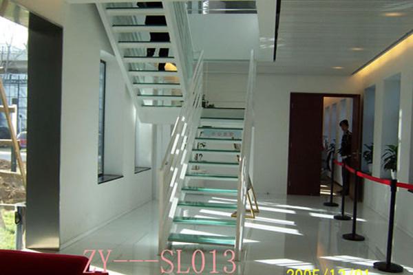 跃层通顶带护栏走廊装修图